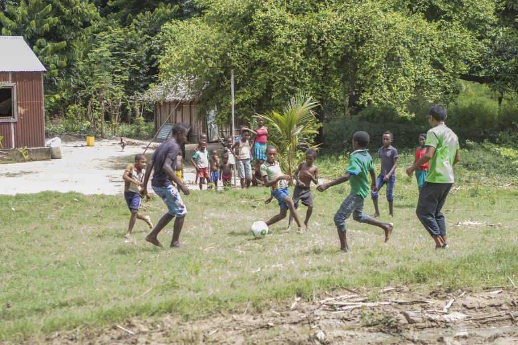 Fußballspiel nahe Sirama