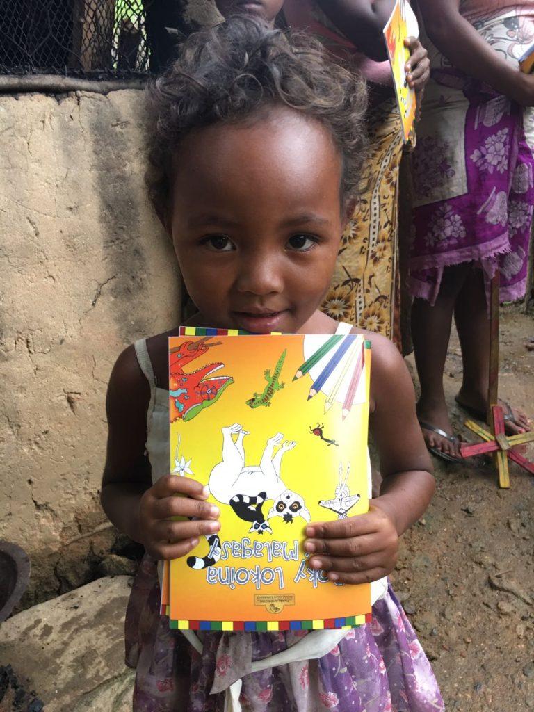 Kind mit Malbuch